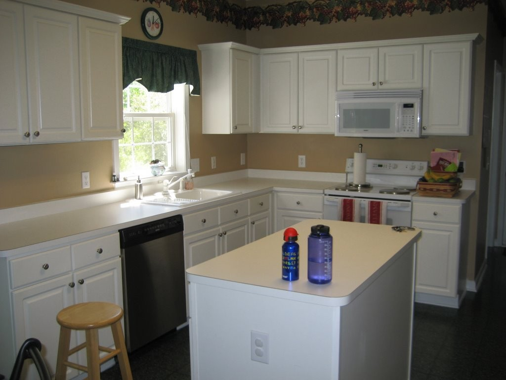 This was our kitchen in North Carolina, just before we put the house up for sale in May 2008. The crown moulding was there all along and I always liked it.